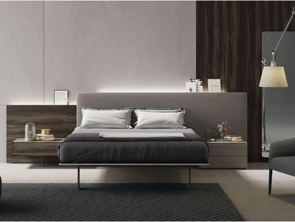 Dormitorio con cabecero modelo Plane tapizado en Fill pardo con lateral en moscato