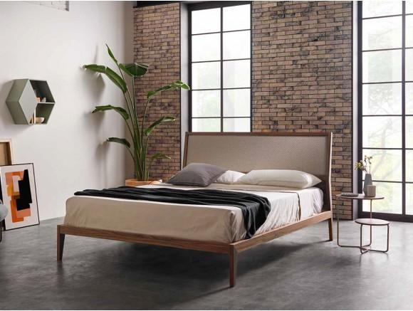 Dormitorio con cama de madera en acabado nogal Soul