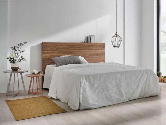 Dormitorio con cama de madera en acabado nogal Mohn