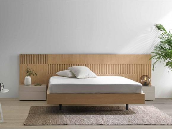 Dormitorio con cabecero de madera Sanaa con mesitas de noche Kirun