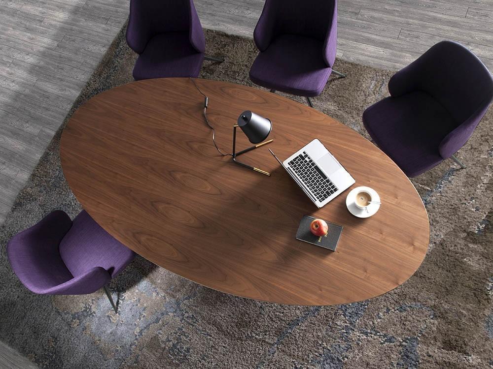 Mesa de comedor fija con sobre ovalado y pie cónico de madera chapada en nogal 1013 de Ángel Cerdá en Mobel 6000