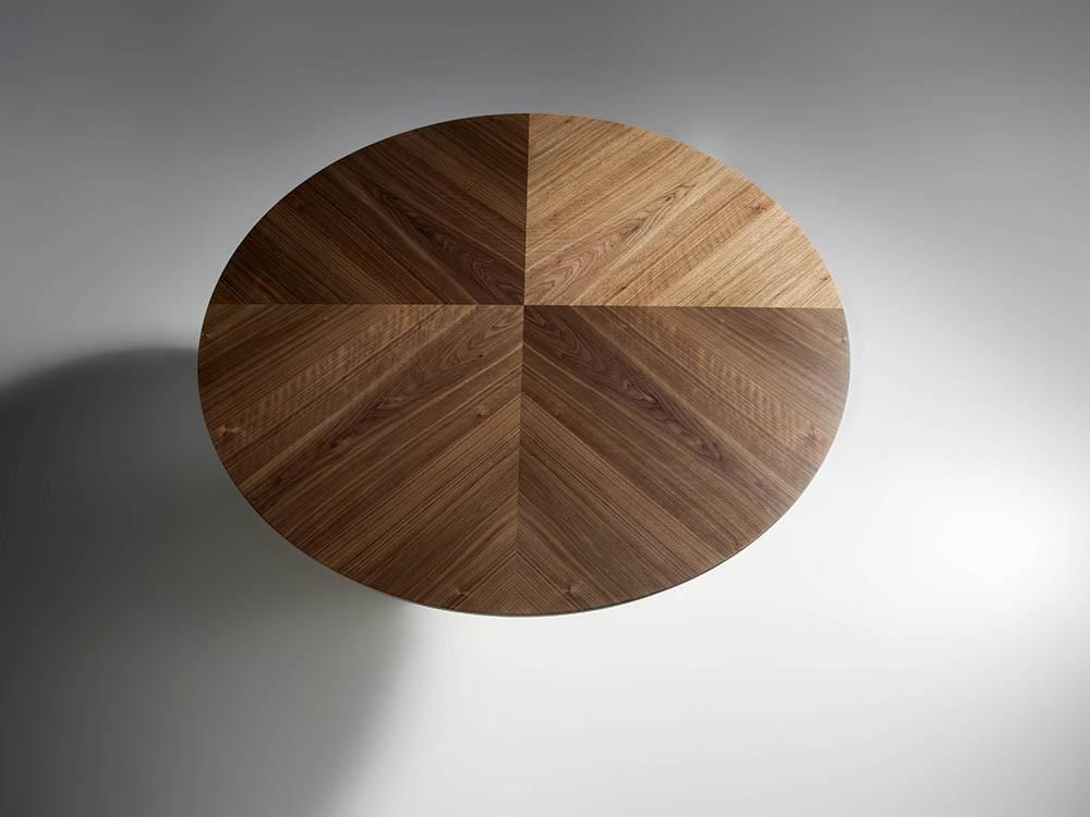 Mesa de comedor redonda de madera chapa nogal con centro giratorio porcelánico 1016 de Ángel Cerdá