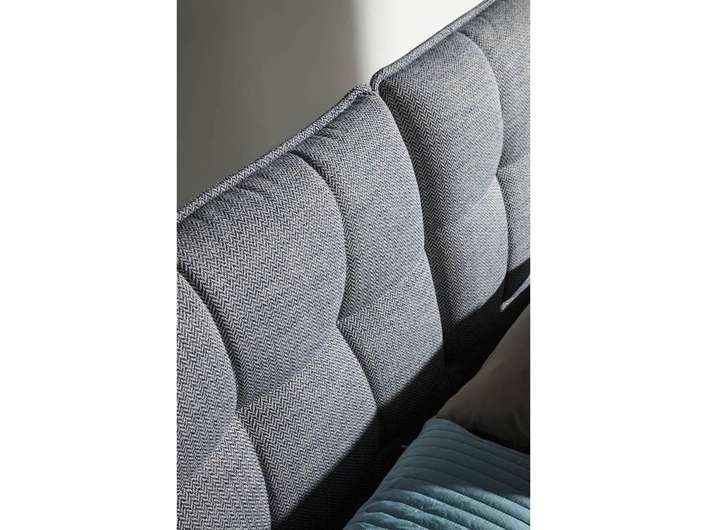 Cama con estructura de madera maciza tapizada en textil gris 7030 de Ángel Cerdá