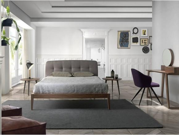 Dormitorio de estilo escandinavo de madera chapada en nogal y cabezal tapizado en textil 7013 de Ángel Cerdá