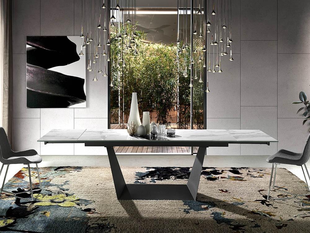 Mesa de comedor extensible con base de acero negro y sobre de mármol porcelánico blanco 1014 de Ángel Cerdá