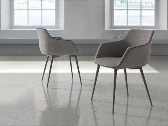 Silla de diseño envolvente con asiento de espuma de poliuretano tapizada en textil y pies de acero negro 4005