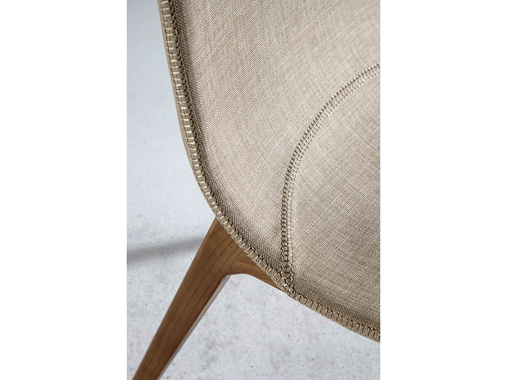Silla con estructura de madera tapizada en textil 4049 Harmony de Ángel Cerdá en Mobel 6000