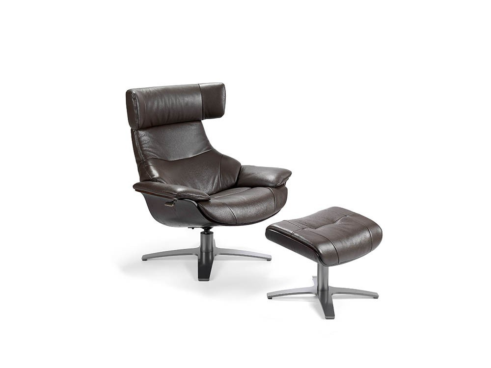 Butaca relax giratoria tapizada en cuero chocolate con madera y pie de acero pulido 5022 Harmony de Ángel Cerdá