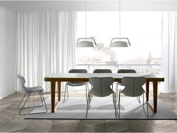 Mesa de comedor con estructura de madera y sobre porcelánico o lacado Amara Time