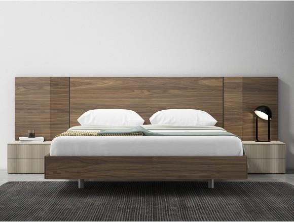 Dormitorio con bañera inglete, cabecero tempo en chapa nogal y dos mesitas de noche W Diversa de mesegué
