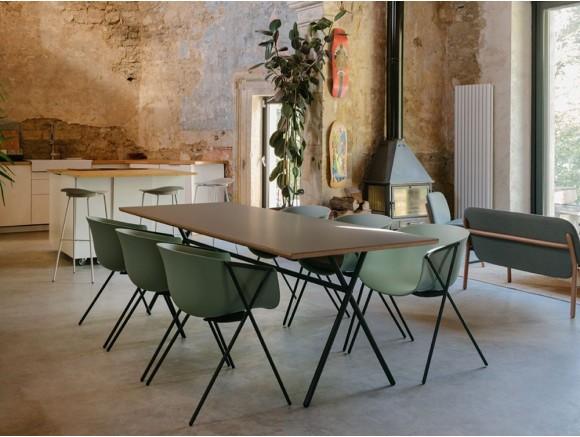 Mesa de comedor Bai con pies de acero epoxi