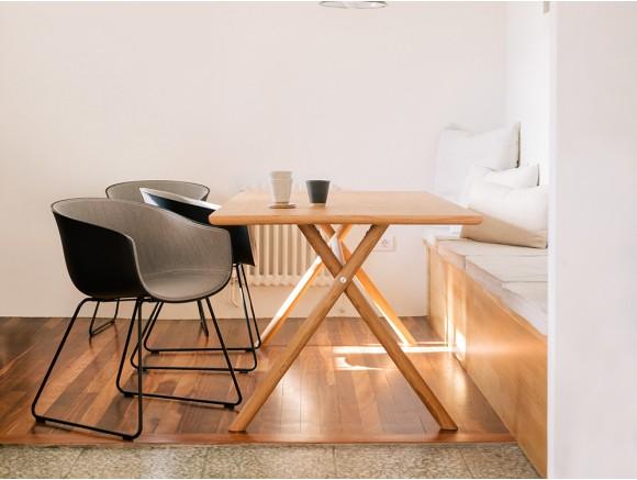 Mesa de comedor Bai con pies de madera maciza